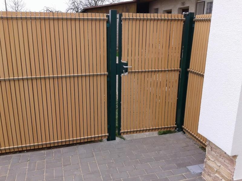 Panelový plot s plastovou výplňou